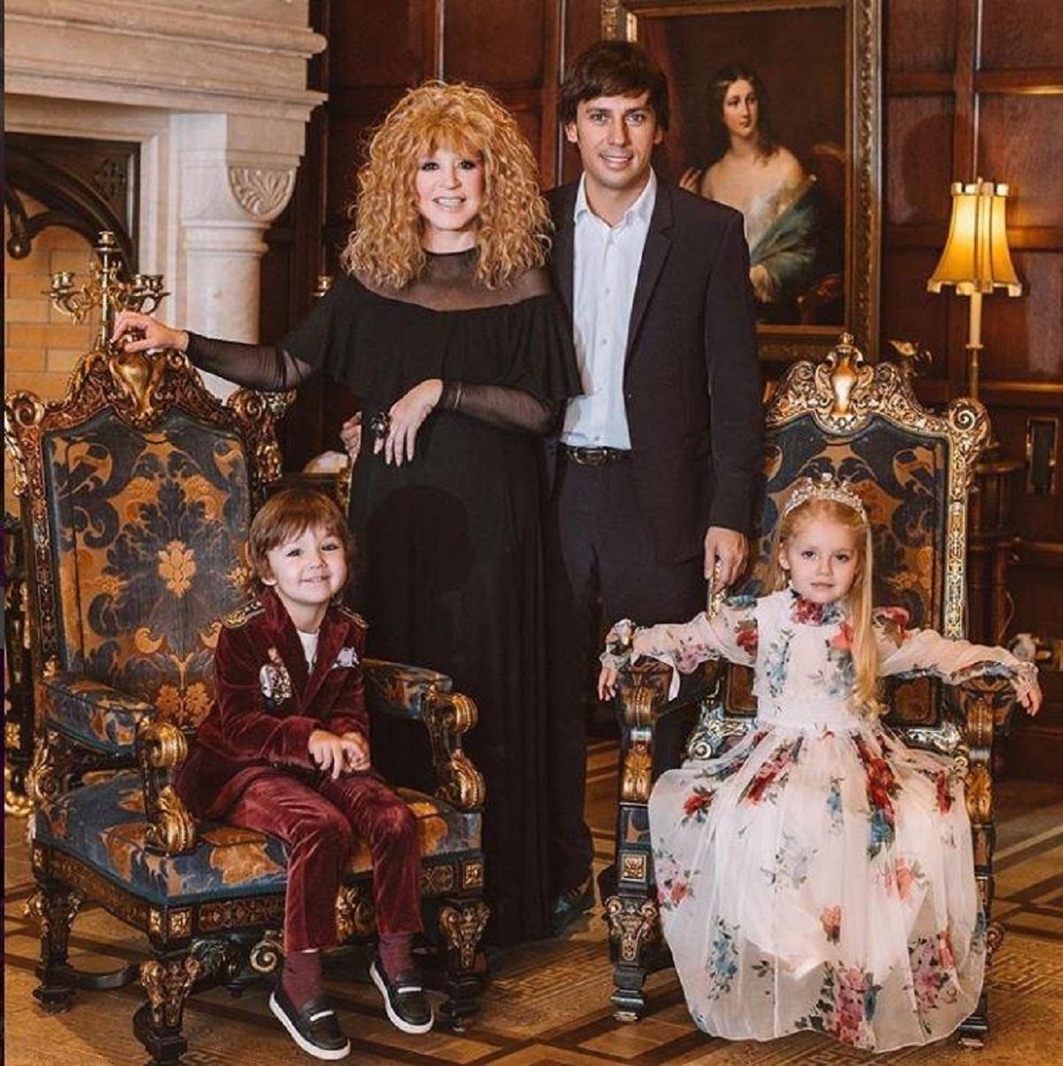 сейчас алла пугачева со своими детьми фото охладелый