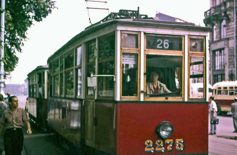 14. Теперь-то женщин-водителей трамваев полным-полно, но в те годы подобная сцена шокировала меня, с моими мужскими предрассудками. Я уверен, что по улицам ходили эти же трамваи, когда я последний раз был в Санкт-Петербурге около 10 лет назад. СССР, интересное, история, ленинград, фотографии