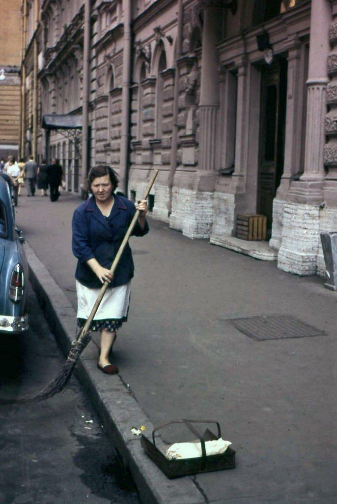 13. По крайней мере, улицы были чистыми, даже если женщин «заставляли работать дворниками». СССР, интересное, история, ленинград, фотографии