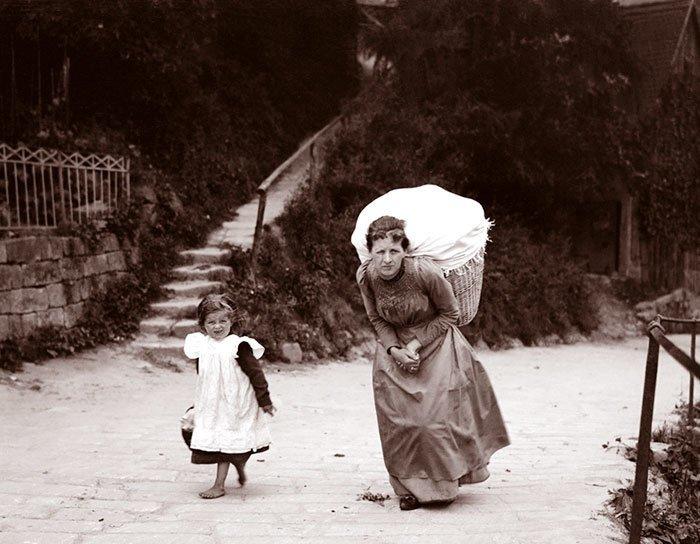 Женщина с тяжелой корзиной. Место съемки неизвестно ХХ век, винтаж, восстановленные фотографии, европа, кусочки истории, путешествия, старые снимки, фото