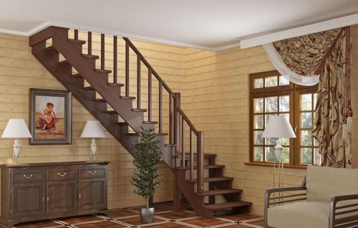 Лестница из тёмного дерева с односторонними перилами, которая прекрасно впишется в интерьер загородного дома.