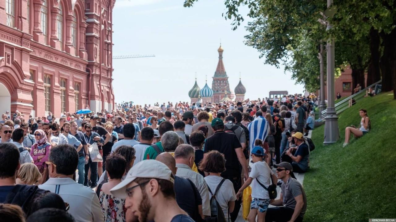 Болельщики пришли к мавзолею Ленина: «Ленин — суперчеловек»