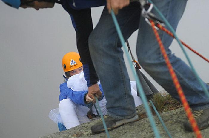 Фотосессия на грани безумия: фотограф снимает молодоженов на краю пропасти (фото)