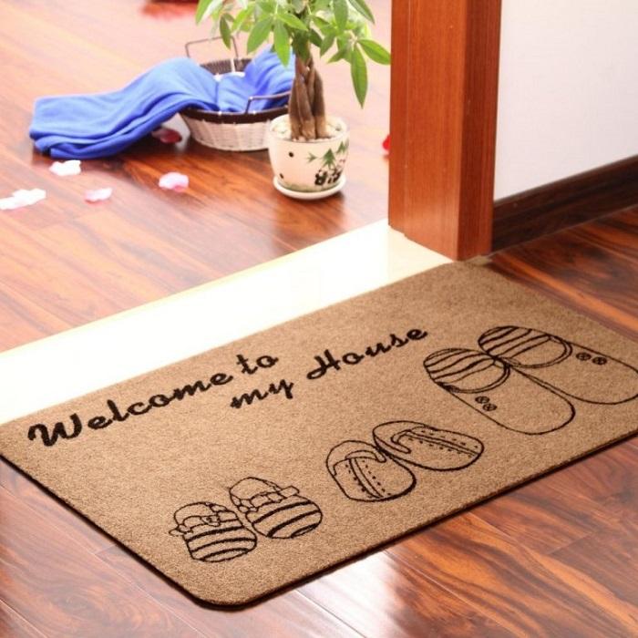 Выбирайте дверные коврики с надписями. / Фото: decorationinfo.ru