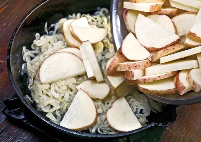добавление картофеля к спасерованному луку