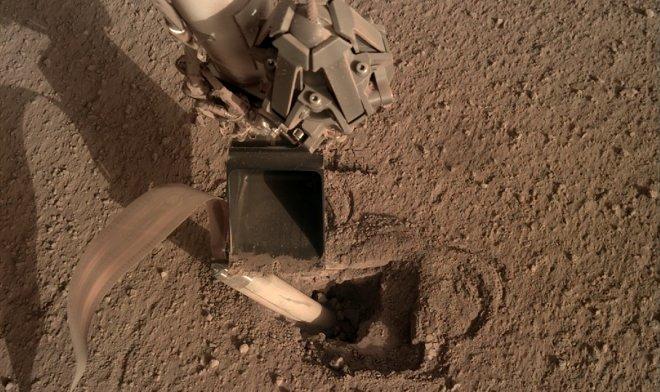 Ремонт по-марсиански: инженеры NASA вернули бур аппарата InSight к работе, стукнув по нему лопатой