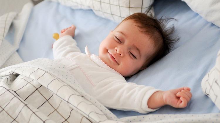 Картинки по запросу маленький ребенок в кроватке