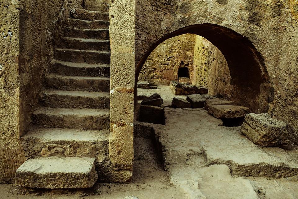На Тамани археологи обнаружили древнегреческий алтарь уникальной конструкции