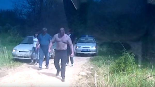 Страшнее Валуева: Водитель-гора напугал полицию (видео)