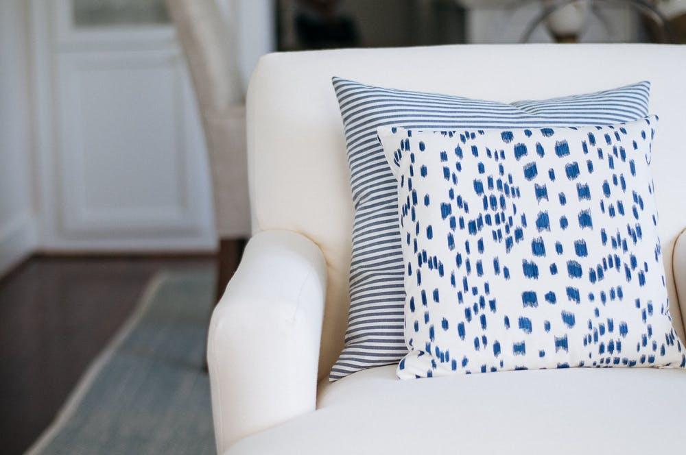 Элегантный интерьер квартиры - подушки с ярким рисунком в гостиной