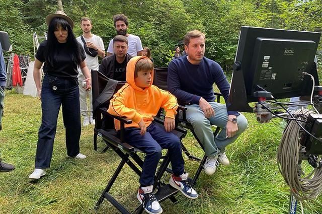 Дети Резо Гигинеишвили и Надежды Михалковой проводят время с папой на съемках