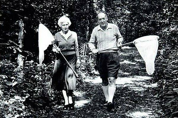 Владимир и Вера Набоковы ловят бабочек знаменитости, исторические фотографии, история, редкие фотографии, фото