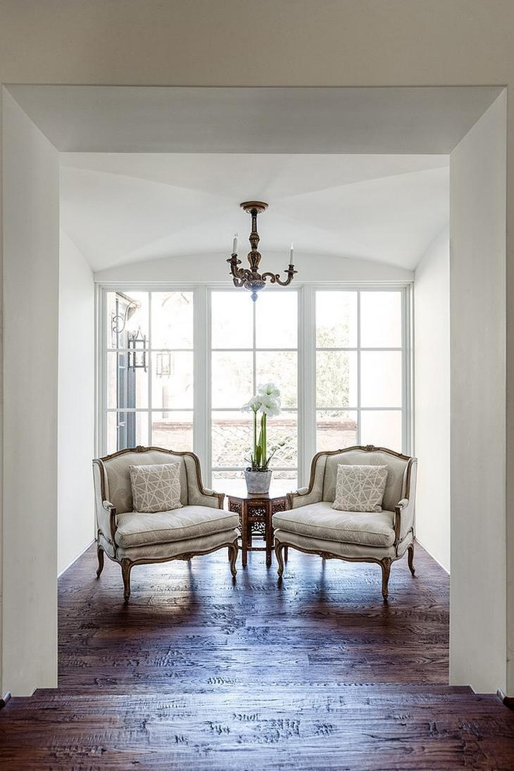 Сочетание старой архитектуры и современного классического интерьера Фото