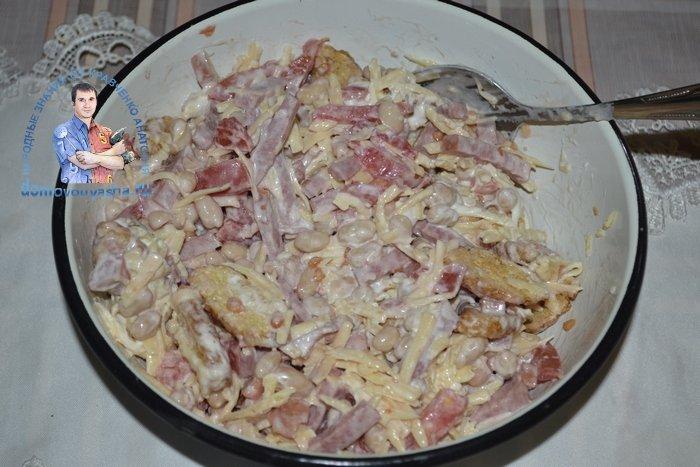 Салат с фасолью помидорами и сухариками