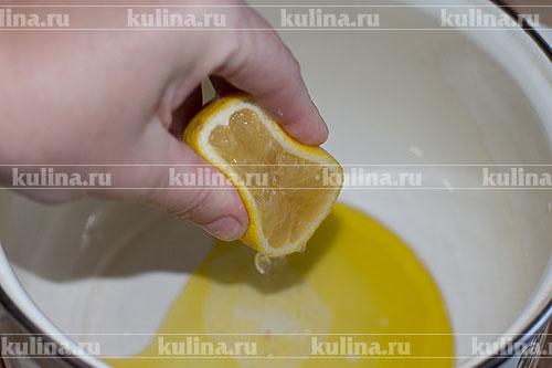 В кастрюлю или миску налить оливковое масло, влить сок лимона.