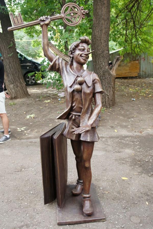 Памятники мультипликационным персонажам и героям сказок