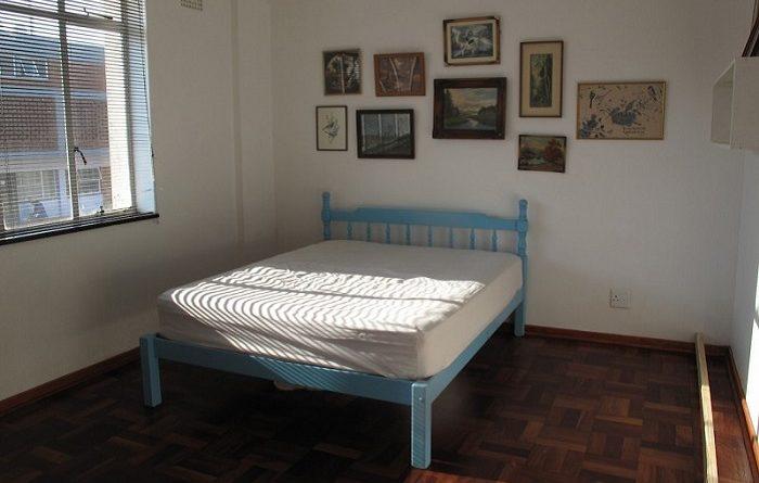 Прекрасная идея — как из крохотной комнаты соорудить кабинет и спальню