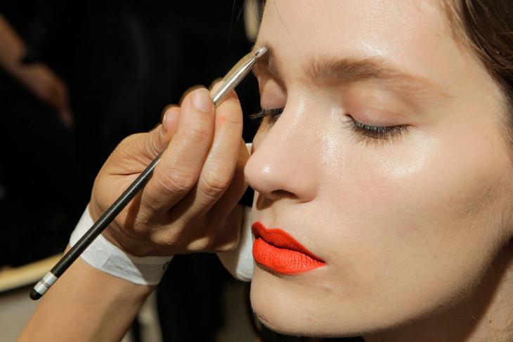 """Модельные брови — несколько советов, как превратить """"ниточки"""" в густые брови с помощью макияжа"""