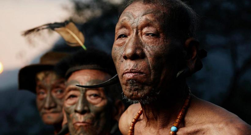 Фотограф делает драматические фото племен, которые вымирают