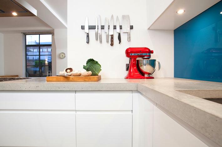 Белая кухня, в которой ножи хранят на стене фото