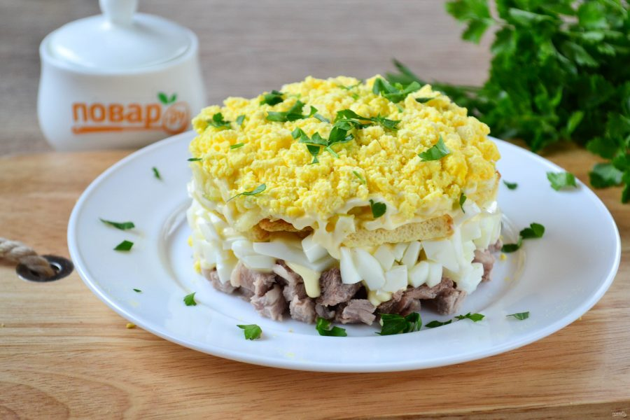 Салат с мясом и сухариками