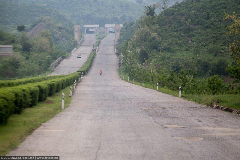 5. В Северной Корее дороги и дорожная инфраструктура за городом находятся в очень плохом состоянии. правда, путешествия, северная корея, факты