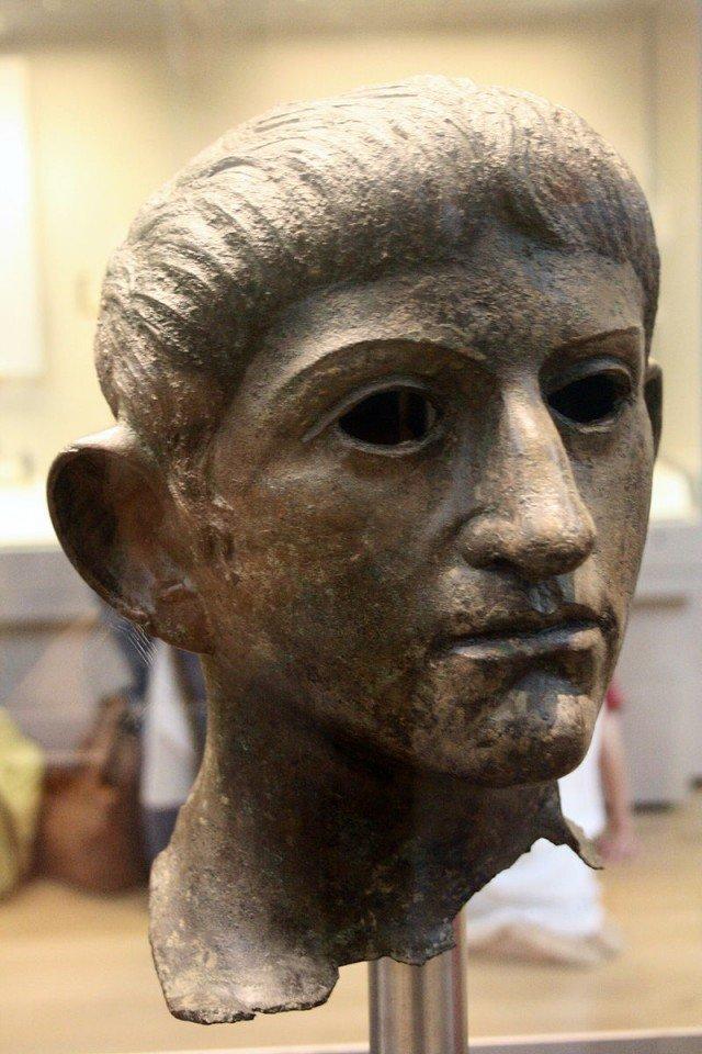 Один из свидетелей разгрома города - вот эта голова статуи императора из храма божественного Клавдия в Камулодуне. Найдена в Саффолке, захвачена как трофей после взятия города Клады, археология, интересно, история, сокровища