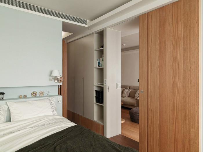 Спальня в небольшой двухкомнатной квартире.