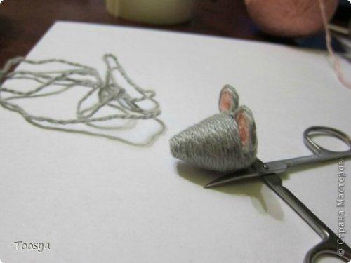 Вот такие магниты мышек-воришек из пробок я делаю в подарок своим родным и близким магнит на холодильник