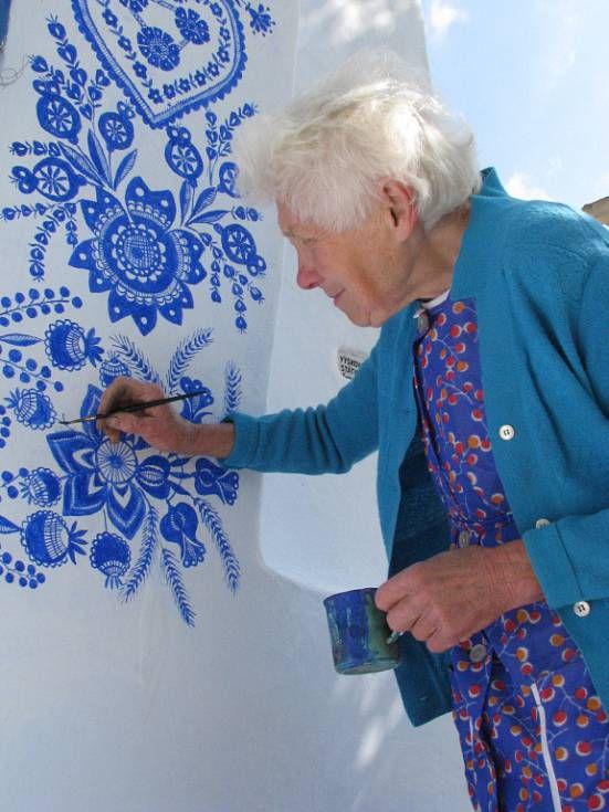 Стрит-арт бабушки Анны: ультрамариновое чудо