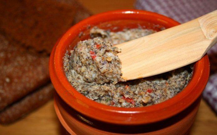 Сальная намазка с чесноком, зеленью, маком и орехами — настоящий деликатес