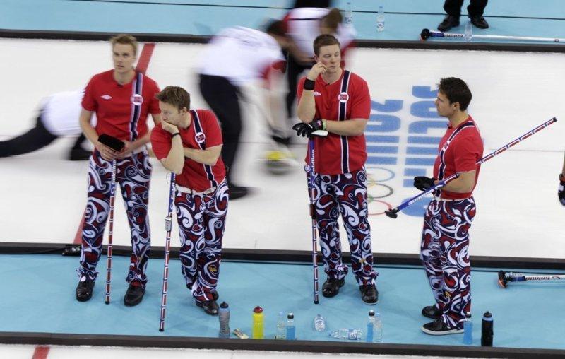 На Олимпиаде в Сочи в 2014 команда показала много различных вариаций формы керлинг, мода, мок, олимпиада, олимпийская форма, спорт, фото, юмор