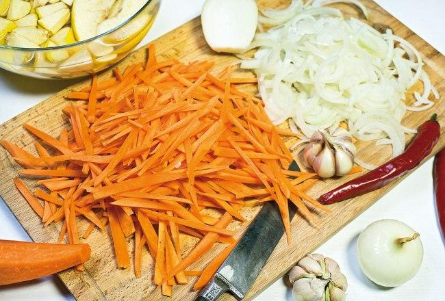 подготовка моркови, лука и чеснока для постного плова