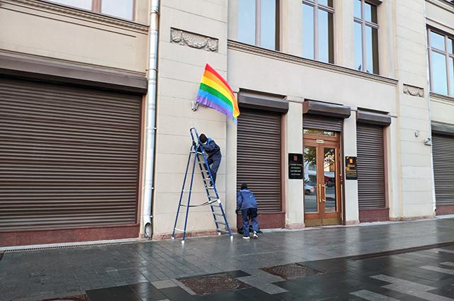 Участники Pussy Riot вывесили ЛГБТ-флаги на зданиях ФСБ и администрации президента в день рождения Владимира Путина Новости