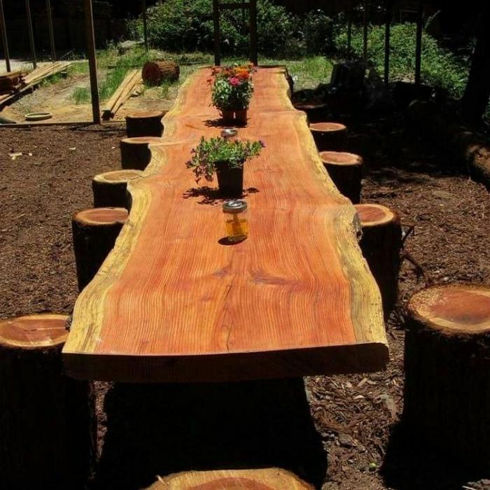 Огромный стол из дерева.