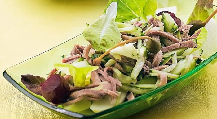 Салат с языком и огурцами.  Фото: gastronom.ru.