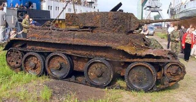 Археологи обнаружили в лесу старый танк. Когда открыли его - не поверили своим глазам...