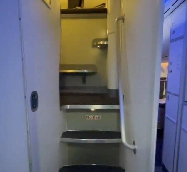 Мужчина пробрался в секретную комнату для стюардесс и показал, как она выглядит