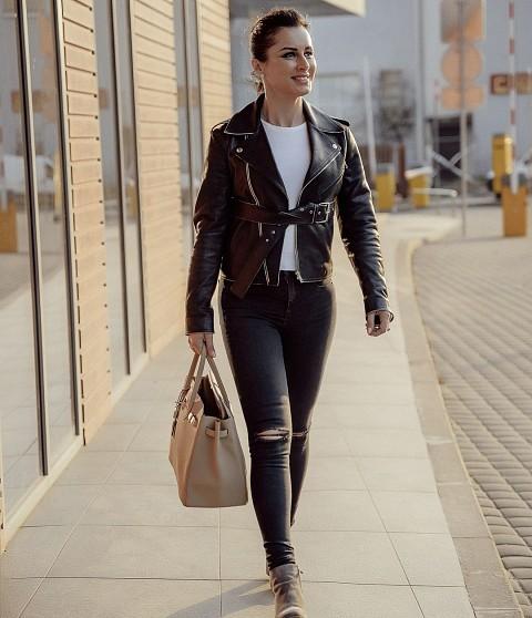 Тина Канделаки усердно занимается спортом иследит запитанием, поэтому небоится надевать узкие джинсы даже после сорока лет. Этот смелый идерзкий образ телеведущей подойдет дляпоздней...