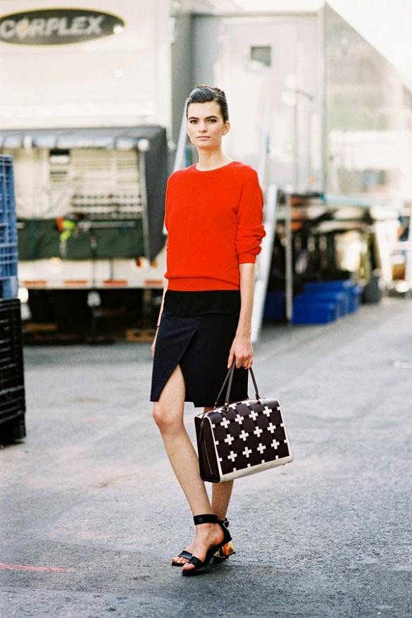 Девушка в красном топе и босоножках