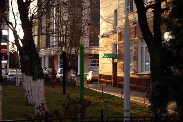 В центре Астрахани появились огромные карандаши