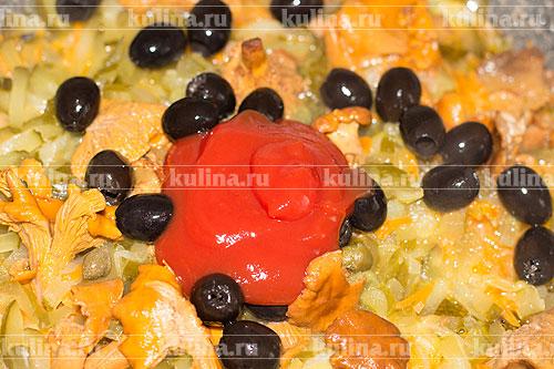 Добавить томатную пасту, массу перемешать.