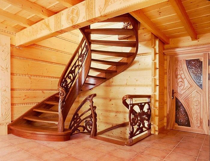 Резная лестница из натуральной древесины придает помещению благородства и является отличным дополнением к аристократическому стилю.