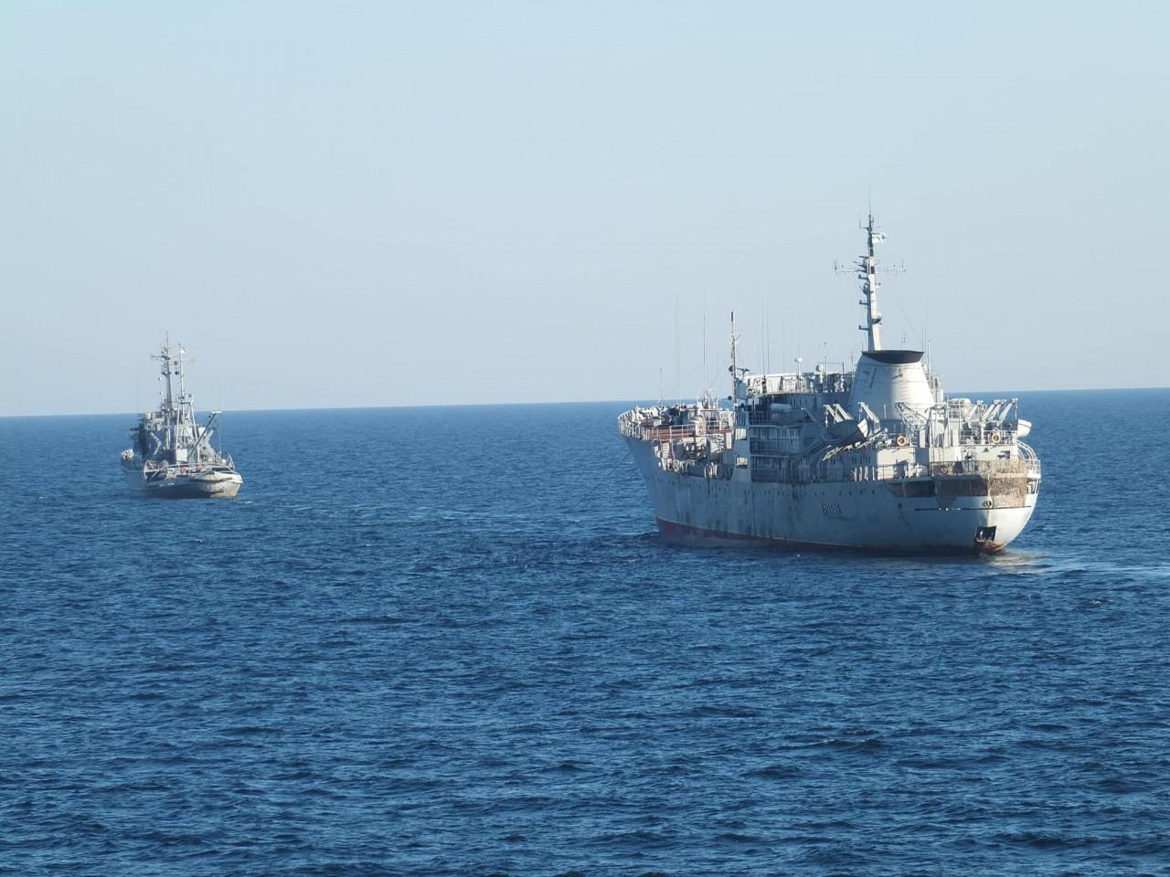 Два вымпела ВМС Украины - участники последнего парада - пытаются прорваться в Азовское море