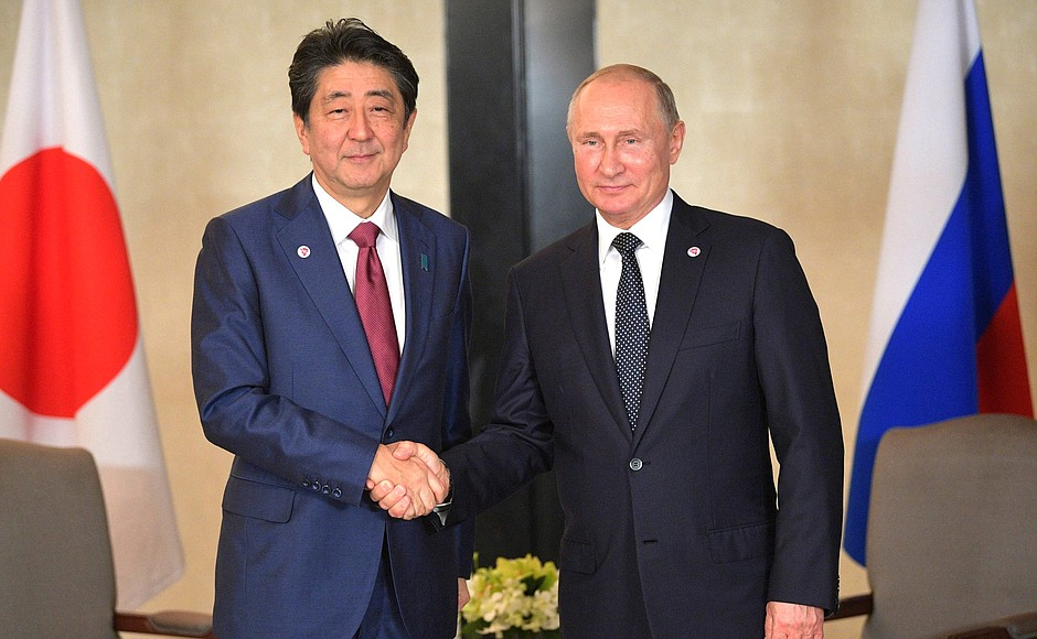 Москва и Токио держат курс на мирный договор: Путин провел встречу с премьером Японии