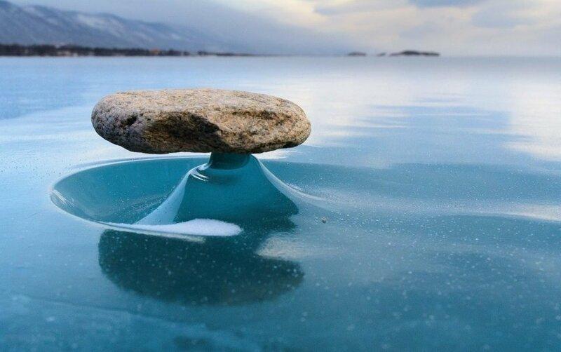 3. «Камень на поверхности Байкала нагрелся и растопил лёд под ним. Солнце ушло и лёд затвердел, образовав маленькую подставку. Байкальский дзен» в мире, вещи, кадр, красота, подборка, удивительно, фото