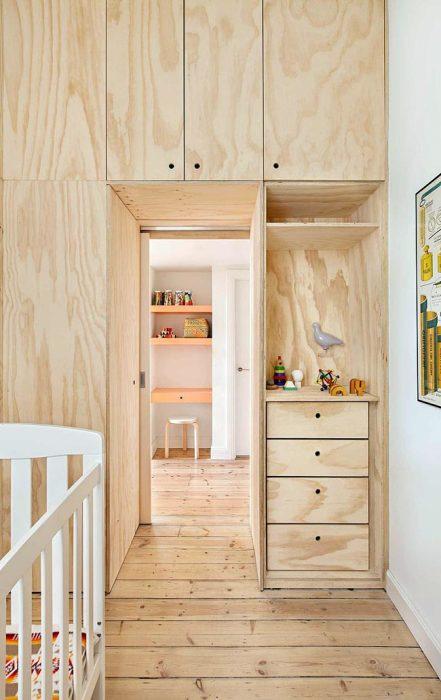 Меньшую часть модульной конструкции из фанеры занимает детская комната. | Фото: interiorizm.com.