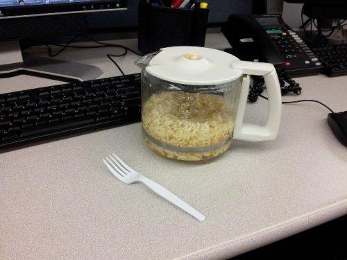 Офисные работники показывают свои обеды за рабочим столом