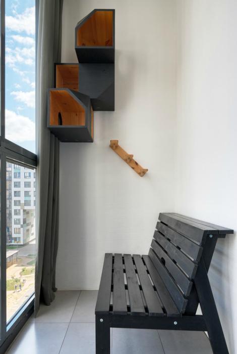 Лоджия с простой скамейкой.   Фото: www.pinterest.ru.