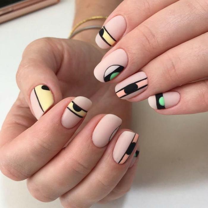 Нюдовые ногти с геометрическими рисунками. | Фото: Pinterest.
